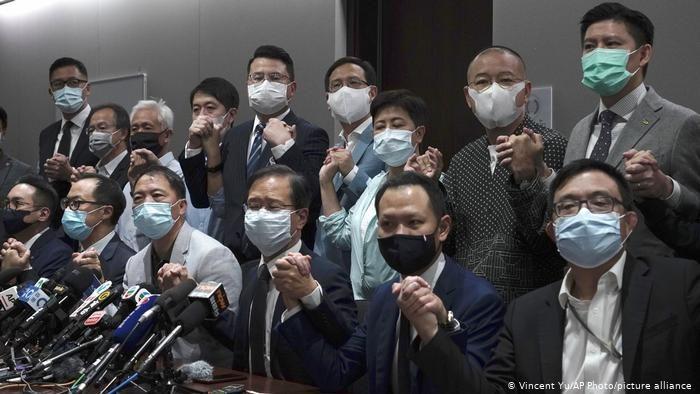 लोकतंत्र के समर्थन में हांगकांग के पूरे विपक्ष का इस्तीफा