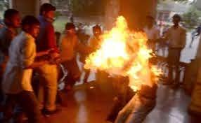 ओडिशा विधानसभा के बाहर दंपति ने की आत्मदाह की कोशिश