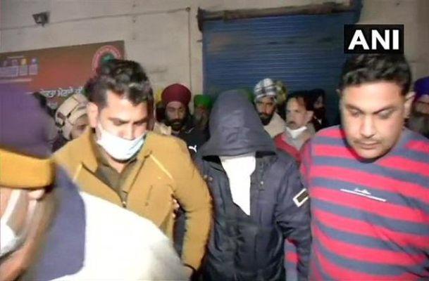 सिंघु बॉर्डर पर किसानों ने संदिग्ध व्यक्ति को पकड़ा, किया पुलिस के हवाले
