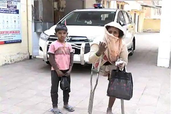 कानपुर पुलिस ने बेटी को तलाशने के लिए पैसे मांगे, दिव्यांग मां ने भीख मांगकर 12 हजार जुटाए और पुलिस को दिए
