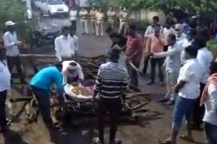 महाराष्ट्र: श्मशान में दलित शख़्स की अंत्येष्टि रोकी, विरोध में पंचायत के बाहर किया दाह संस्कार